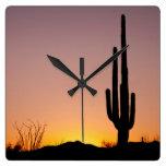 Cactus del Saguaro en la puesta del sol Reloj De Pared