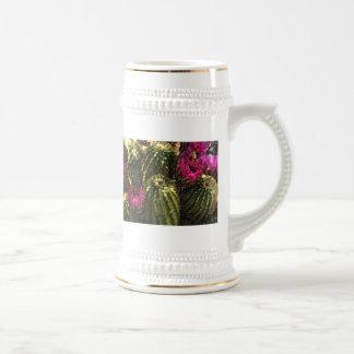 Cactus y flores rosadas en pasteles ásperos jarra de cerveza