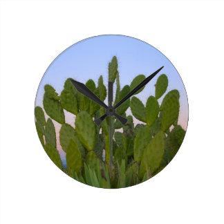 Cactus y sisal en bosque seco relojes de pared