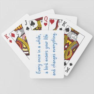 Cada de vez en cuando, un pájaro incorpora su baraja de cartas