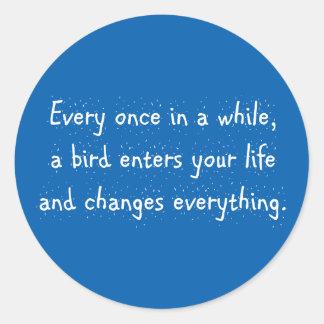 Cada de vez en cuando, un pájaro incorpora su pegatina redonda