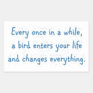 Cada de vez en cuando, un pájaro incorpora su pegatina rectangular