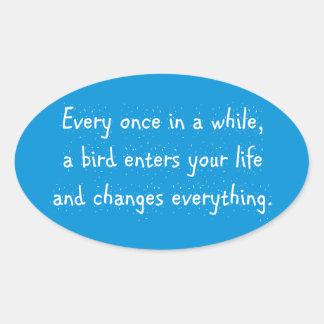 Cada de vez en cuando, un pájaro incorpora su pegatina ovalada