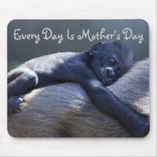 Cada día es el día de madre, mamá y gorila del beb tapetes de raton