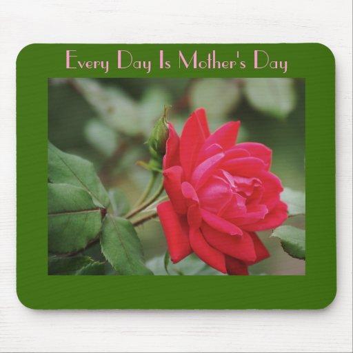 Cada día es el día de madre, rosa rojo lleno tapete de ratón
