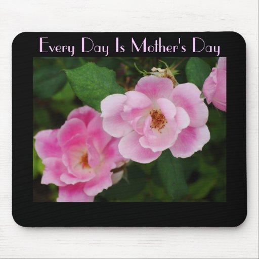 Cada día es el día de madre, rosas salvajes del ro tapete de ratón