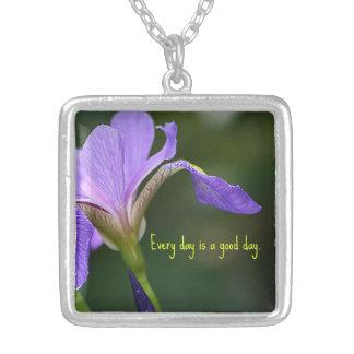 Cada día es un colgante del iris del buen día