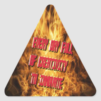 Cada día por completo de creatividad a innovar pegatina triangular