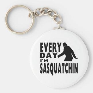 Cada día soy Sasquatchin Llavero Redondo Tipo Pin