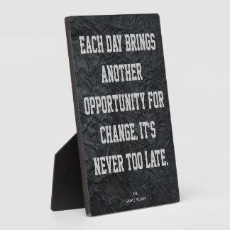 """""""Cada día trae otra oportunidad…"""" Placa"""