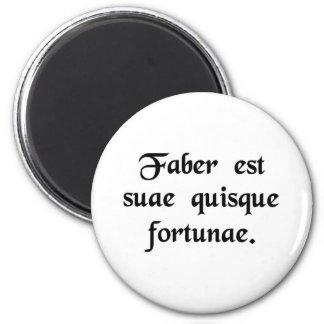 Cada hombre es el artesano de su propia fortuna imán redondo 5 cm