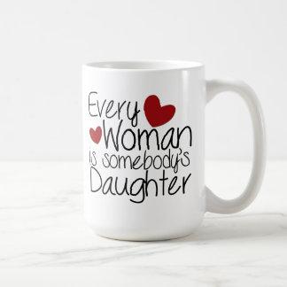 Cada las mujeres son alguien hija taza clásica