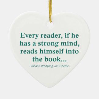 Cada lector se lee en el libro adorno de cerámica en forma de corazón