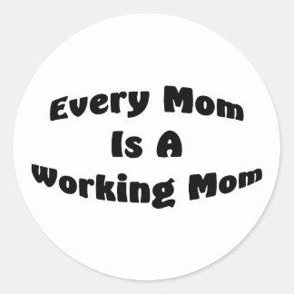 Cada mamá es una mamá de funcionamiento pegatina redonda