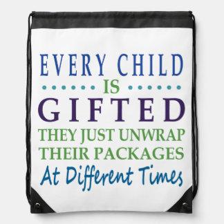 Cada niño autístico es dotado mochilas