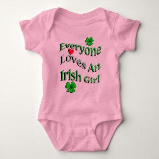 Cada uno ama a un chica irlandés body para bebé