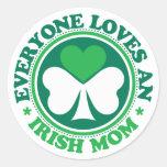 Cada uno ama a una mamá irlandesa pegatina redonda