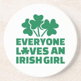 Cada uno ama un trébol irlandés del chica posavasos personalizados