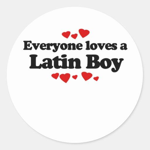 Cada uno ama una camiseta latina del muchacho etiqueta redonda