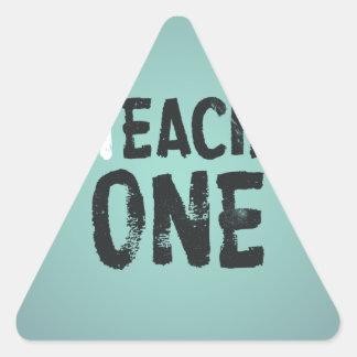 Cada uno enseña a uno pegatina triangular