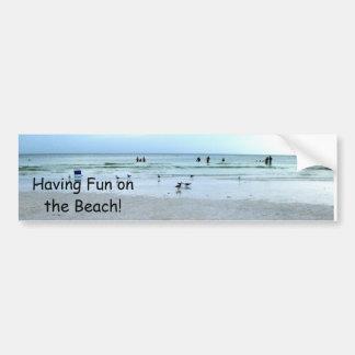 Cada uno que se divierte en la playa pegatina para auto