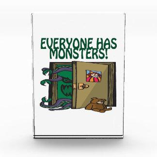 Cada uno tiene monstruos