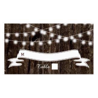 Cadena de luces en tarjeta de madera vieja del tarjetas de visita