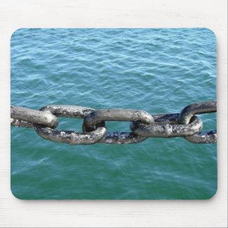 Cadena en el mar mouse pads