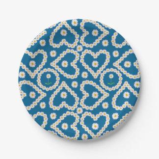 Cadenas de margaritas bonitas en las placas de platos de papel