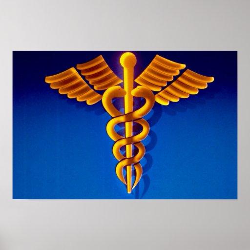 Caduceo del oro sobre fondo médico azul impresiones