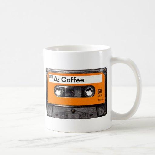 Café anaranjado del casete de los años 80 de la et tazas de café