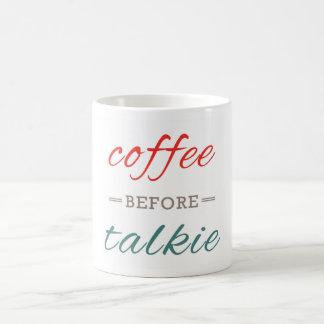 Café antes de la tipografía divertida de la taza básica blanca