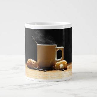 Café caliente con la taza del jumbo del Croissant Taza Grande