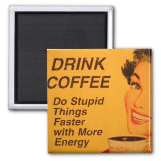Café de la bebida:  Haga las cosas estúpidas más r Imán Cuadrado