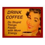 Café de la bebida:  Haga las cosas estúpidas más Tarjeta Postal