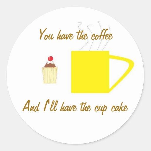 Café de la camiseta y torta de la taza pegatina redonda