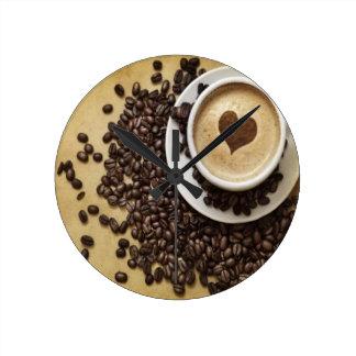 Café del corazón de Cappucino Reloj Redondo Mediano