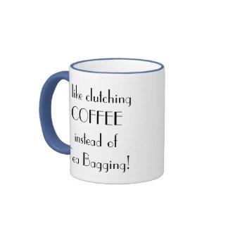 Café en lugar de otro taza de dos colores
