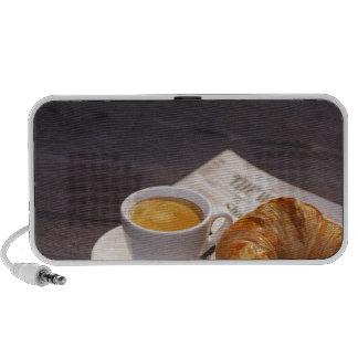 café express, croissant y periódico iPhone altavoces