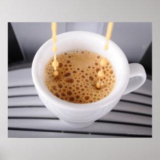 Café express que vierte en la taza póster