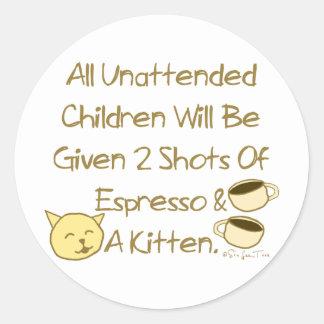 Café express y un gatito pegatina redonda