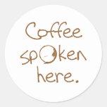 Café hablado aquí pegatina redonda