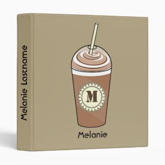 Café helado con la carpeta poner crema azotada del