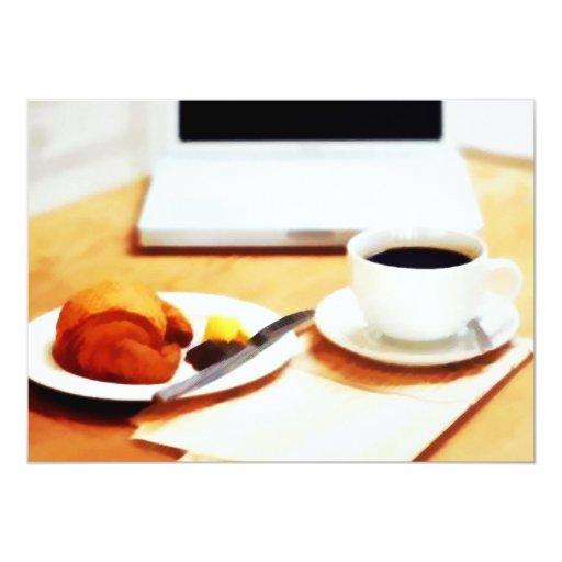 """Café, ordenador y Croissant de la mañana Invitación 5"""" X 7"""""""