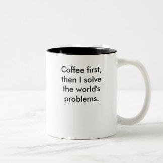 Café primero, entonces yo los problemas del mundo taza de dos tonos