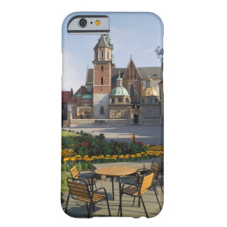Café que pasa por alto la catedral de Wawel, Funda De iPhone 6 Barely There