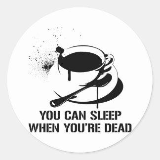 Café usted puede dormir cuando usted es muerto pegatina redonda
