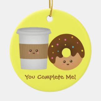 Café y buñuelo lindos en el amor, par perfecto adorno de reyes