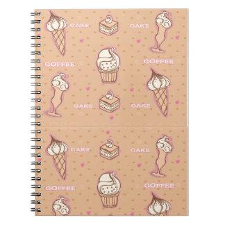 café y cuaderno del modelo de las tortas