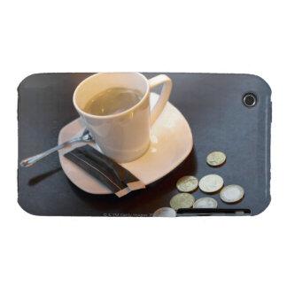 Café y dinero en una tabla carcasa para iPhone 3